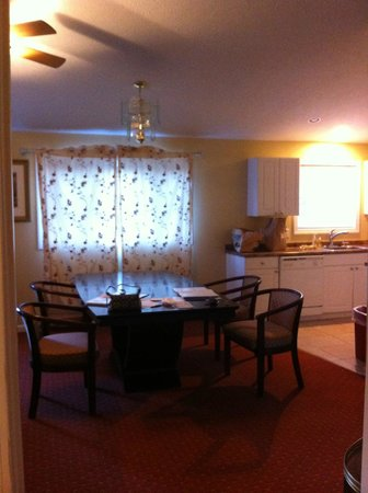 Exit 5 Motel and Cottages: big family dining table