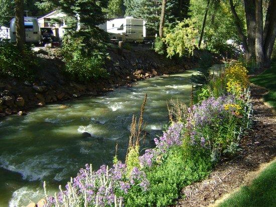 River's Edge Motel: River next to Hotel