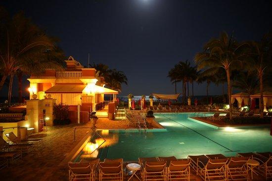 Il Mulino - Miami: Aqualina - Restaurant Il Mulino - Piscine et l'Océan la nuit.