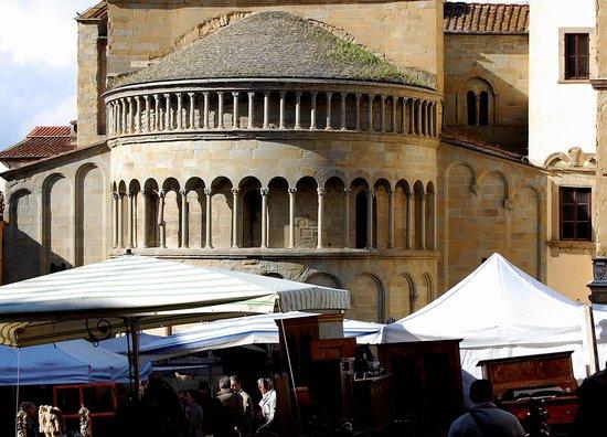 La bancarella degli attrezzi agricoli antichi foto di for Arezzo antiquariato