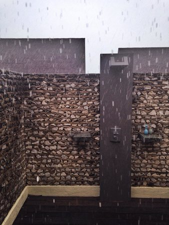 Four Seasons Resort Maldives at Landaa Giraavaru: Outdoor shower on a rainy day