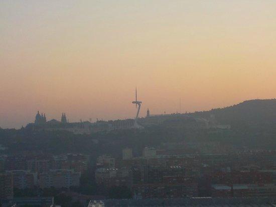 Hotel Porta Fira: Aussicht auf den Torre de comunicados auf dem Mont Juïc bei Sonnenuntergang