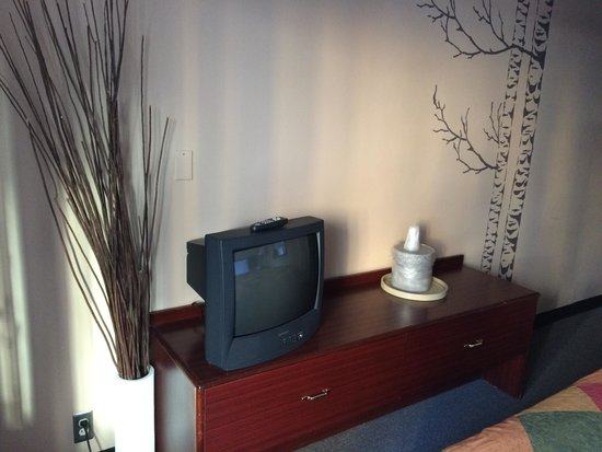 Kings Inn: TV and dresser