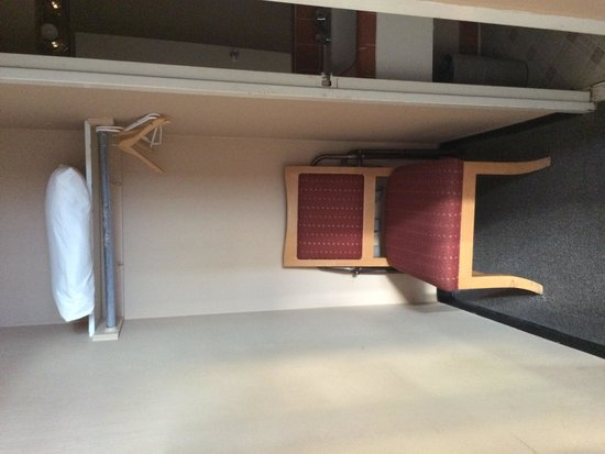 Kings Inn: Chair, 'closet' and luggage rack