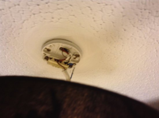Argyll Hotel : Bare wires on ceiling