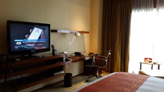 Manila Marriott Hotel: Large desk with ample power outlets; window overlooking the golf course.