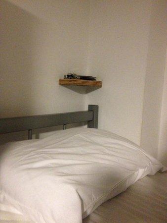 We Hostel Design: Ponto positivo: Tem tomadas individuais em cada cama.