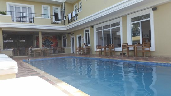 The Mad Monkey Hostel Kampot : Poolside bar and restaurant