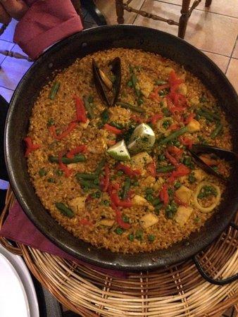 Feliciano's: Paella mit Fleisch und Fisch