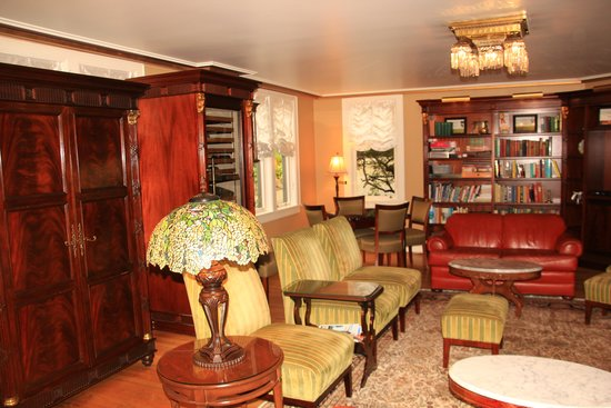 Abigail's Hotel: The sitting room/libray