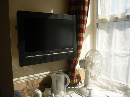 Comfort Hotel London Luton : tv and tea facities