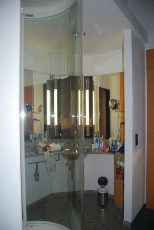 Select Hotel Berlin Ostbahnhof: Mampara de ducha transparente y poco discreta dentro de la habitación