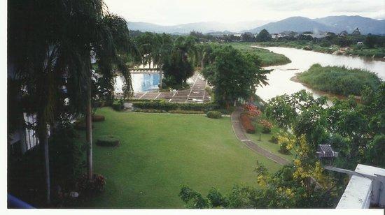 Dusit Island Resort Chiang Rai: Jardines en la isla rodeados por el rio , todo ello metido en la selva pluvial