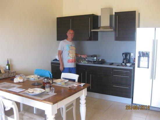 Hillside Apartments: Woonkamer/keuken