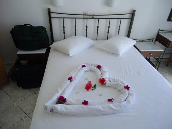 Hotel Dina: Heart shaped towel with flowers