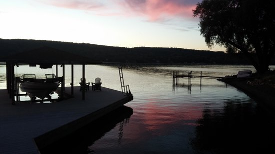 Finton's Landing B&B: Lakeview @ sunset
