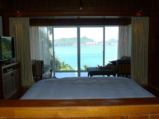 Mandarin Oriental, Sanya: oberes Zimmer der Villa: Blick aufs Meer vom Bett aus