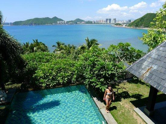 Mandarin Oriental, Sanya: Privatpool der Deluxe Villa mit Blick auf die Korallenbucht