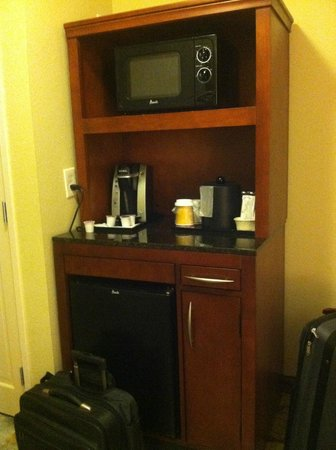 Hilton Garden Inn Columbus Airport: The mini fridge/coffee area