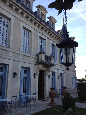 Hotel-Restaurant Edward 1er : Hotel entrance viewed from the courtyard.