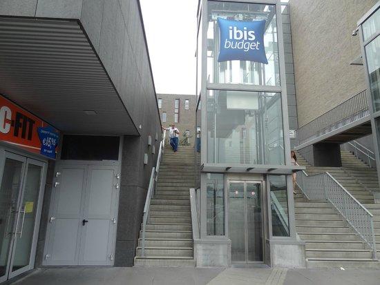 """Hotel Ibis Budget Brugge Centrum Station : Это если смотреть с парковки. """"2 рабочих лифта , если уже нет сил по ступенькам..."""