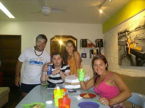 Happy Rio Hostel : cenando en el hostel