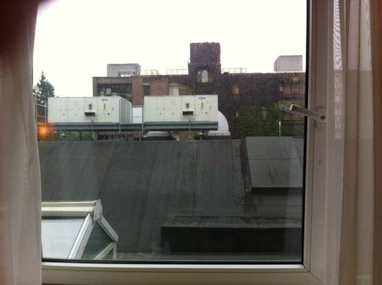 Clyde Court Hotel: This is the view from our room. No AC and could only open the window a crack. Noise from ACs out