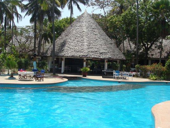 Kilifi Bay Beach Resort : Basen to tu toczy się życie ;-)