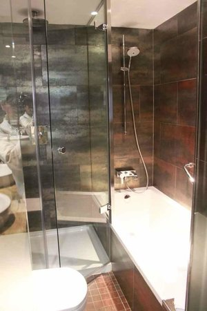 Modern looking bathroom but with bad shower system - Picture of ...