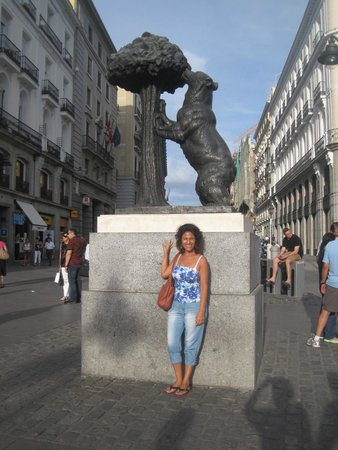 Con el oso simbolo de madrid fotograf a de puerta del sol for Puerta 8 bernabeu