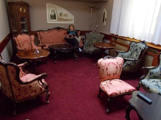 Hotel Cryston: Common room with comfortable chairs/sofa.