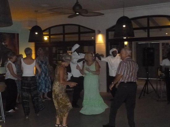Bel Jou Hotel: Dancing to the regular evening entertainmet