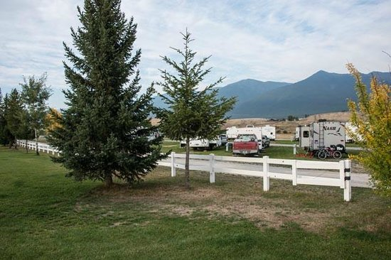Silverado Motel: RV park behind the golf course