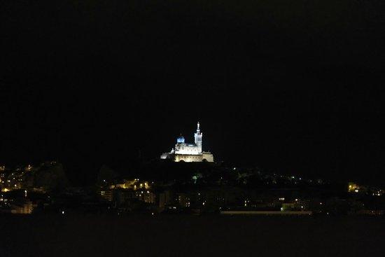 BnB Les Amis de Marseille: Vue de ma chambre par la nuit