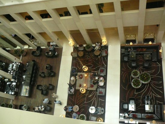 Berlin Marriott Hotel: Inside central place from above.
