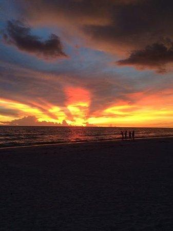 Mainsail Beach Inn: run the sky's on fire!!!