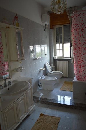 Ortelle, Италия: bagno con vasca/doccia
