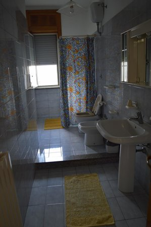 Ortelle, Италия: bagno grande e luminoso