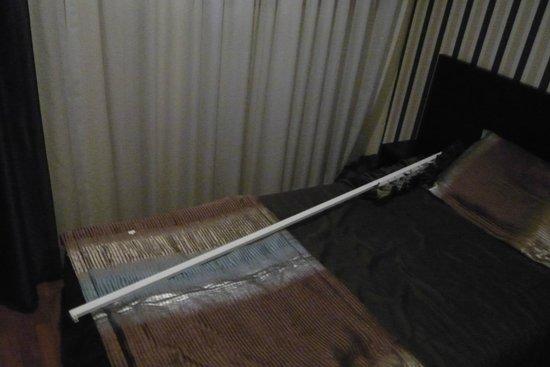 Hotel America: chute d'une tringle à double rideaux