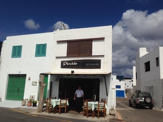 Restaurante La Gamba Loca : Front of restaurant over road from seating area
