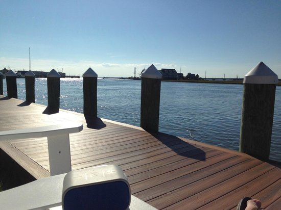 Comfort Suites Chincoteague: Adirondack chairs on the channel side boardwalk for relaxation!