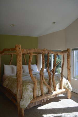 Auke Lake Bed & Breakfast: Handmade bed