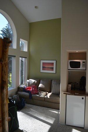 Auke Lake Bed & Breakfast: Living room area, fridge and microwave