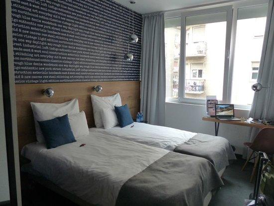ROOMbach Hotel Budapest Center: Habitación 405, pequeña pero cálida. Buena ducha.
