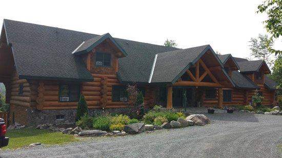 Bear Mountain Lodge: View of lodge