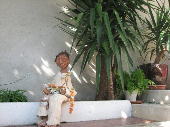 Casa do Bairro by Shiadu: Sculpture in courtyard