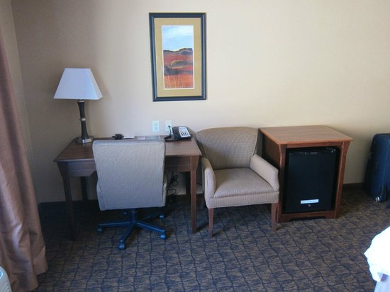Hampton Inn Moab: Desk area and refrigerator