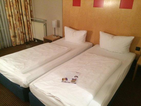 Noris Hotel: Bett Zimmer 205