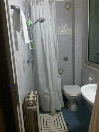 Hotel Lungomare: tenda doccia con scarico a pavimento