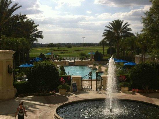 Omni Orlando Resort at Championsgate: Vista da piscina e campo de Golf